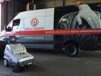 Profile tyrecenter kiest voor achterloop veegmachine die fijnstof en grover vuil opveegt in de werkplaats