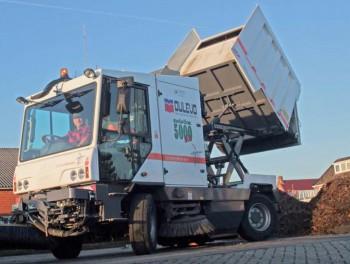 Veegmachine Dulevo 5000 voor Gemeente Haren (GN) veegt blad en takken zonder te verstoppen